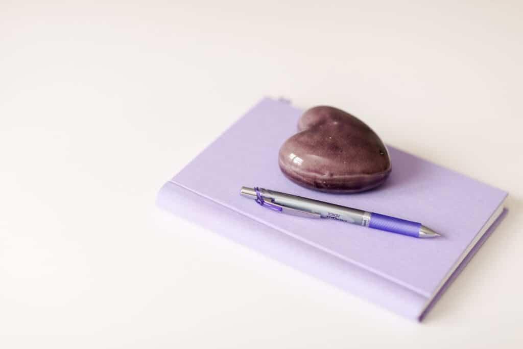 anteckningsbok, penna och hjärta